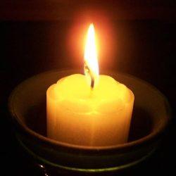 Огарок белой свечи